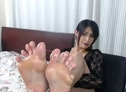 Latin Momma Shows Her Obscene Oiled Feet - 989cams.com